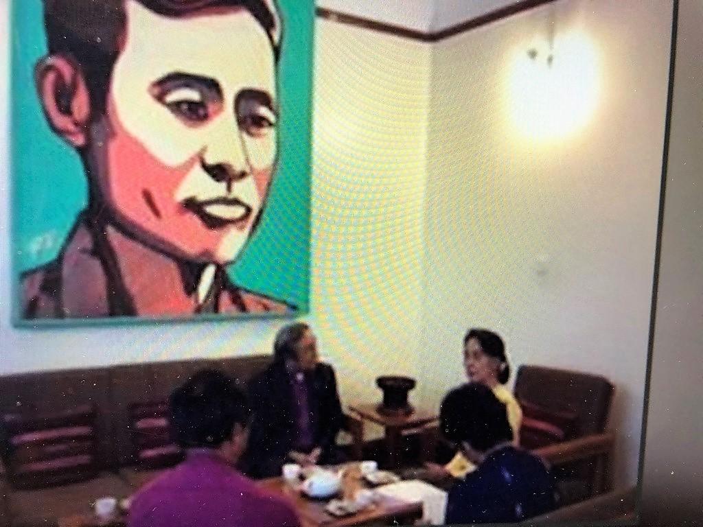 """연합감리교 위스컨신 연회의 정희수 감독이 미얀마 남부감리교회의 조탄 모야 감독과 함께 2014년 8월 10일 가택 연금 상태에 있던 아웅산 수 치 여사를 방문한 모습. 배경의 그림은 보죠케 아웅 산. 그는 미얀마 독립운동가, 혁명가, 정치인, 군인이다. 미얀마의 독립에 결정적 공헌을 했으나, 독립 달성 6개월 전에 암살되었다. 현재까지 미얀마 국민들에게 """"민족의 영웅""""으로 추앙받고 있으며, 아웅산 수 치 여사는 그의 딸이다. 사진 제공, 정임현 목사, 다락방 아시아 담당 디렉터."""