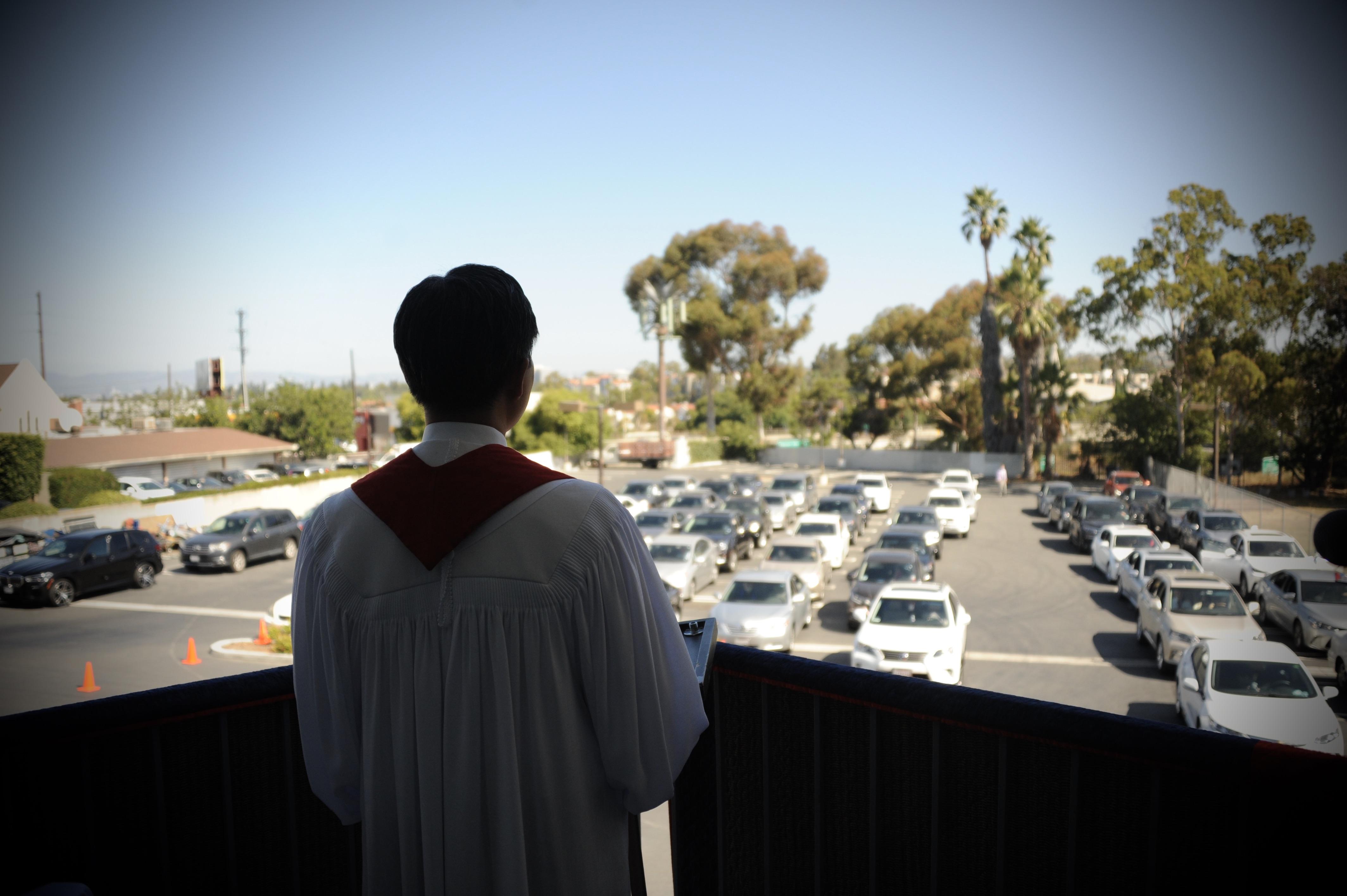 이창민 목사가 LA연합감리교회 주차장에서 드라이브 인(Drive-in) 주일예배를 드리고 있다. 사진 제공, 이창민 목사.