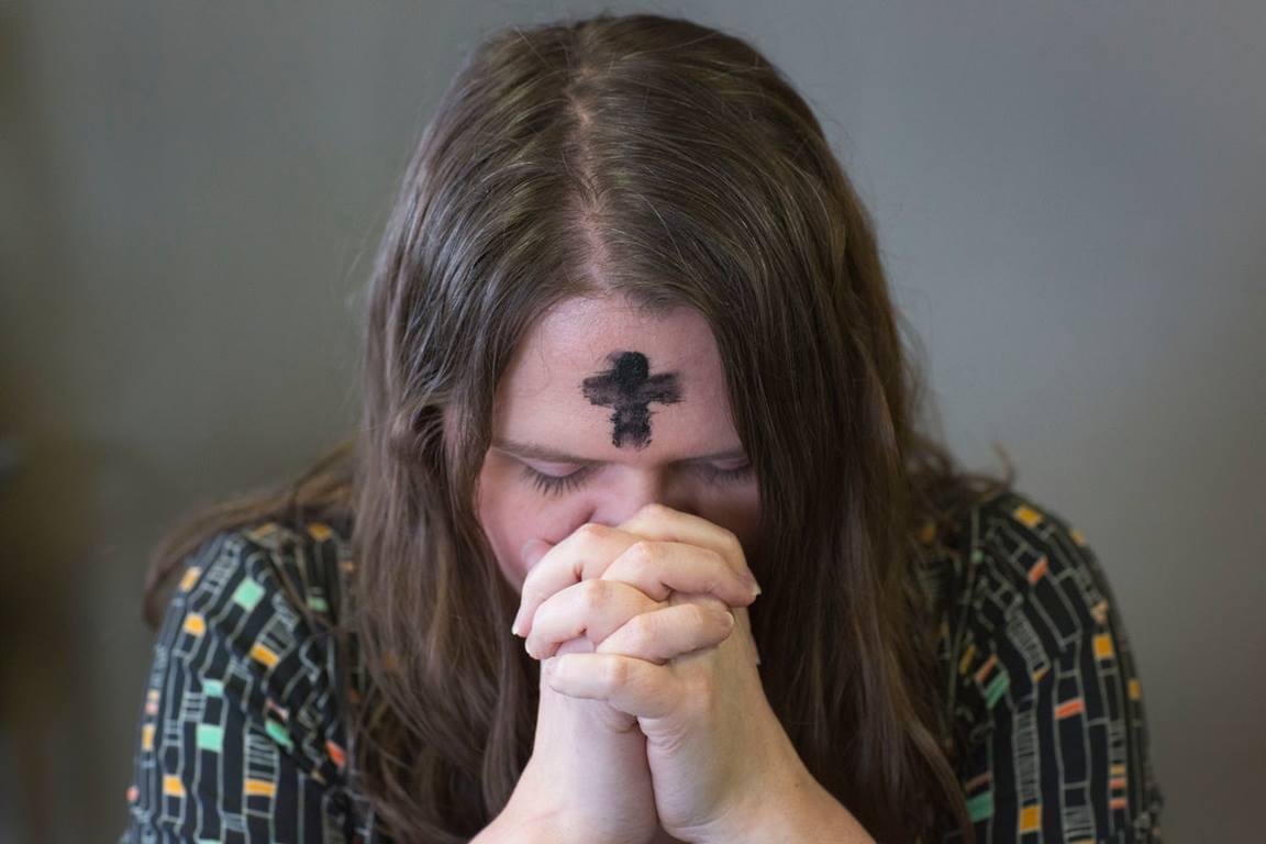 Momento de oración del Miércoles de Ceniza. Ilustración fotográfica de Kathleen Barry, UMCOM.