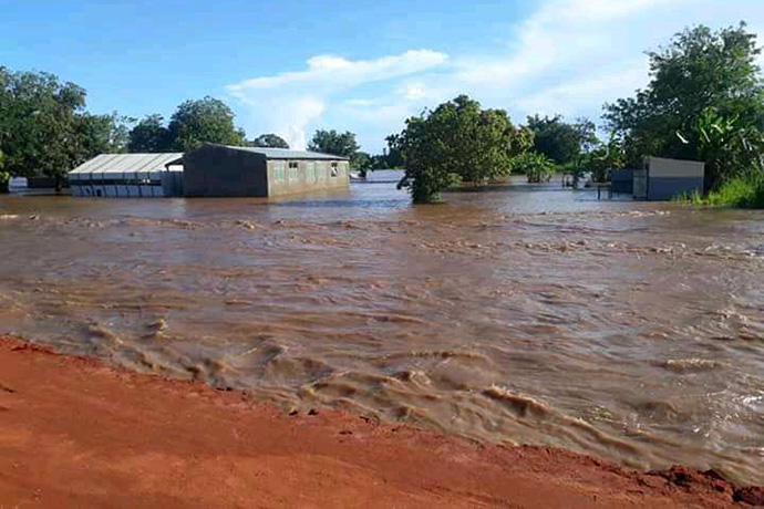 A água das cheias do ciclone Eloise cobre grande parte do solo no Buzi, Moçambique. Quatro ciclones atingiram o país em menos de dois anos. Foto de Eurico Gustavo, Notícias MU.