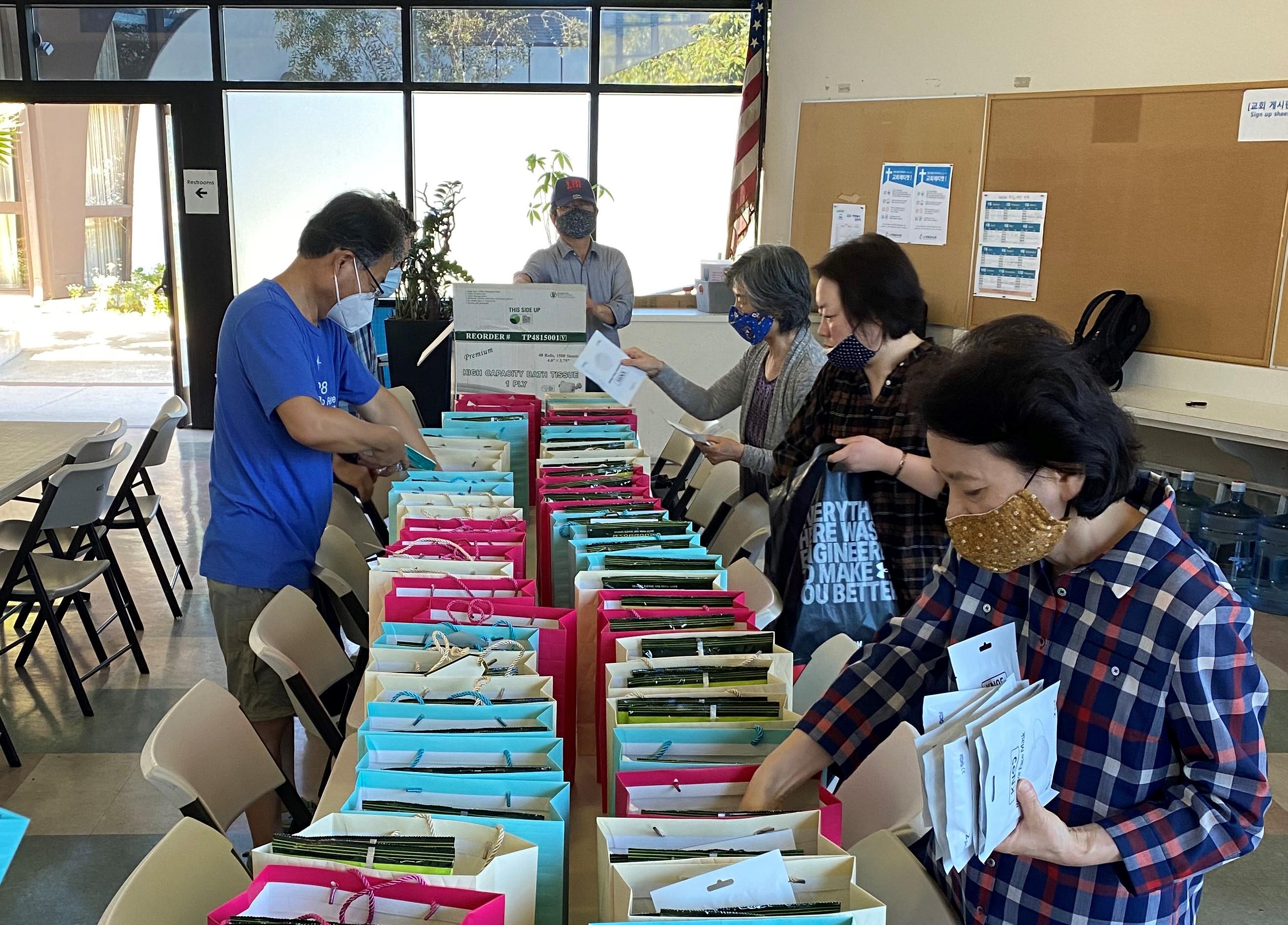 이창민 목사가 담임하는 LA연합감리교회의 교인들이 친교실에 모여 선교 물품을 정리하고 있다. 사진 제공, 이창민 목사.