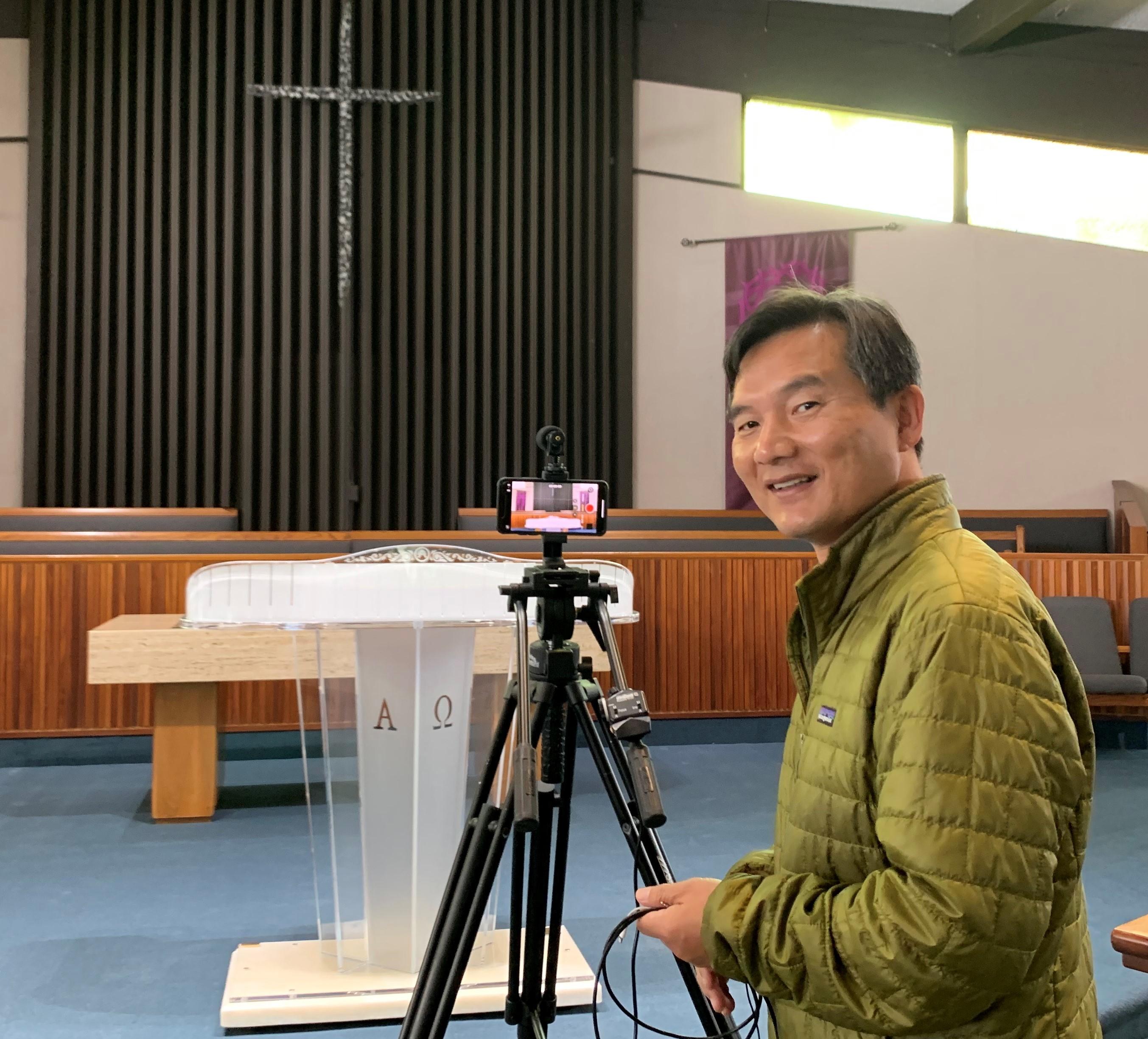 이창민 목사가 영상 예배 녹화를 위해 준비하고 있다. 사진 제공, 이창민 목사, LA한인연합감리교회.