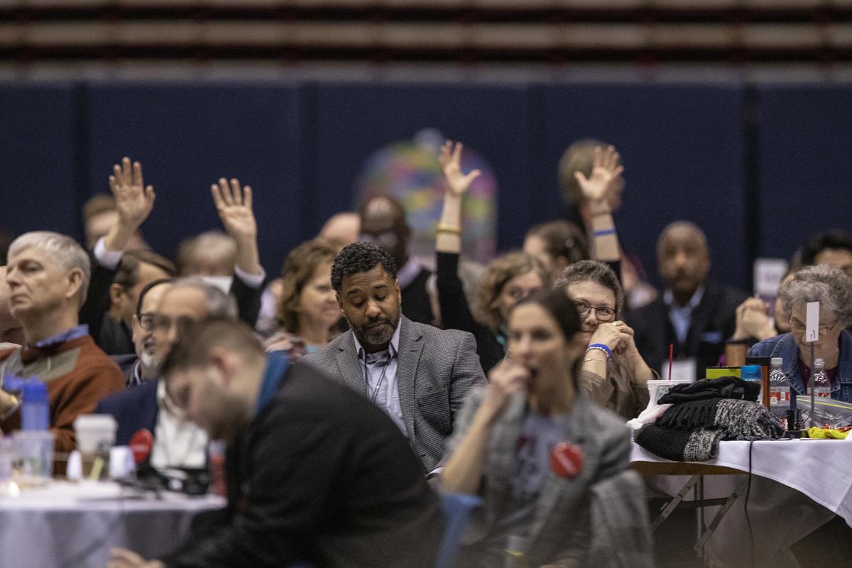 2019년 세인트루이스에서 열린 연합감리교 총회에서 대의원들이 손을 들고 있다. 코로나19 대유행으로 총회는 2022년으로 연기되었고, 대의원들은 복잡한 심경을 표했다. 사진 제공, 캐서린 베리, 연합감리교뉴스.