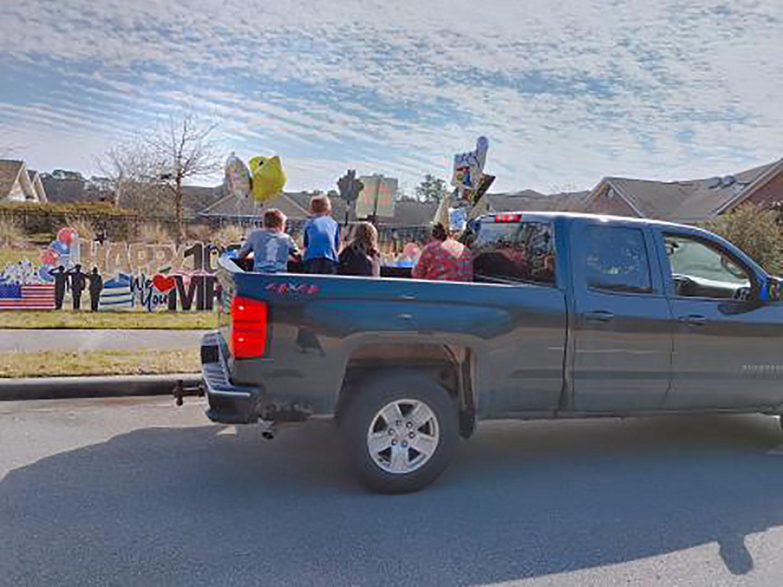 Autos y camiones llenos de familiares y amigos/as para celebrar el centésimo cumpleaños de Winston Best. Foto cortesía de WRAL.com.