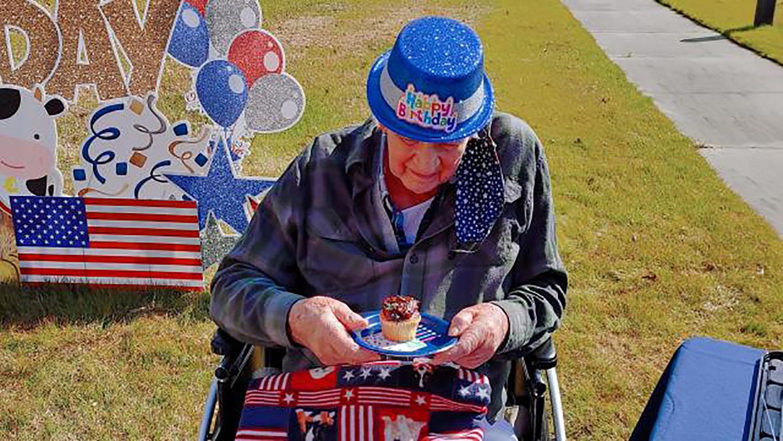 Personal del Hogar para Veteranos visitaron su casa para servir cupcakes de chocolate, su postre favorito. Foto cortesía de WRAL.com.