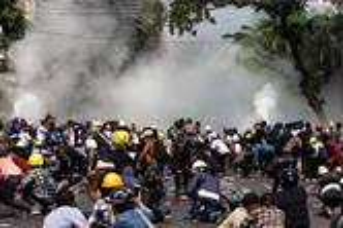 지난 3일 미얀마 양곤의 시위현장에서 경찰이 시위자들에게 최루탄을 쏘고 있다. 사진, CCA 보도자료 캡처.