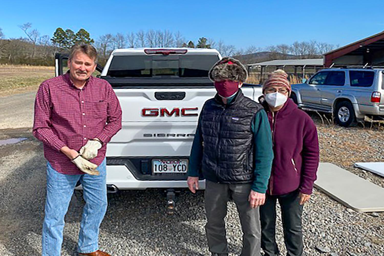 Kent Bard, Joe Jordan y Diana Breshears, voluntarios/as que apoyan el proceso de vacunación de la IMU Oaklawn. Foto cortesía de la Conferencia Anual de Arkansas.