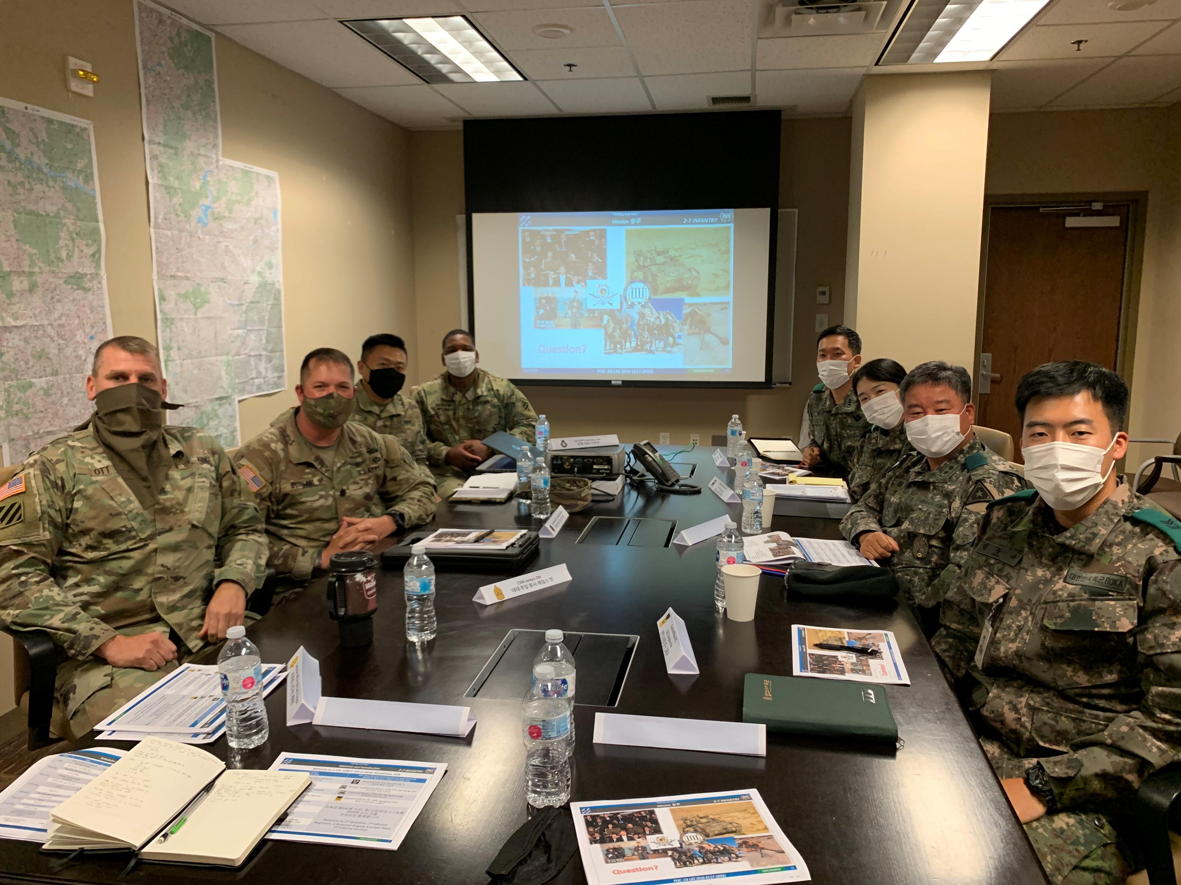 한국의 육군 인사사령부 군악대 대장과 참모진들이 미8군을 방문해 친교를 나누고, 크리스마스 교류 및 크리스마스 음악회 개최에 관한 논의를 하고 있다. 사진 제공, 이두수 목사, 미 육군.