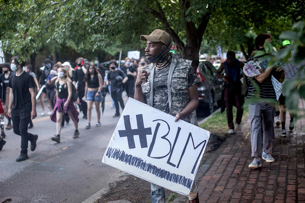 Os manifestantes marcham em apoio ao movimento Black Lives Matter em Nashville, Tennessee, em junho de 2020. Os líderes negros da Igreja Metodista Unida estão apelando à denominação para se concentrar em mudar os corações em torno de questões de justiça racial. Foto de arquivo: Kathleen Barry, Notícias MU.