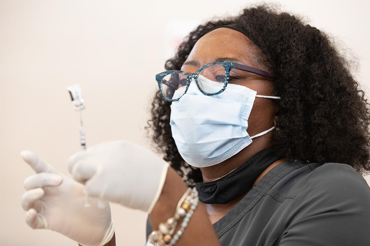 Tia Moore, uma enfermeira, prepara uma dose da vacina COVID-19 durante uma clínica de vacinação no Meharry Medical College em Nashville, Tenn. Foto Mike Dubose, Notícias MU.