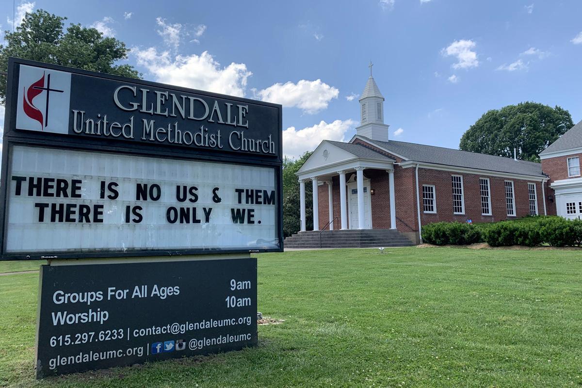 """테네시주 내쉬빌에 있는 글렌데일 연합감리교회 앞 표지판에 (하나님 앞에) """"'우리와 그들'은 없다. 모든 사람이 우리다.""""라고 쓰여 있다. 코로나19 이후 미국 내 아시아계 사람들을 향한 혐오 범죄가 증가하고 있다. 사진, 스티븐 카일 아데어, 연합감리교뉴스."""