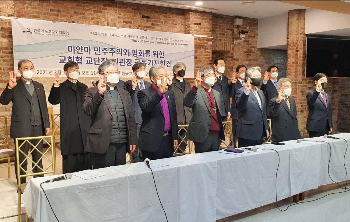 한국기독교교회협의회(NCCK)는 지난 3월 11일 한국교회100주년기념관 1층 그레이스홀에서 '미얀마 민주주의와 평화를 위한 교회협 교단장·기관장 공동기자회견'을 열었다. 참석자들은 독재에 저항하고, 대의를 위해 희생한다는 의미의 '세 손가락 경례'를 하고 있다. 사진 출처, 전민수, 기독일보.