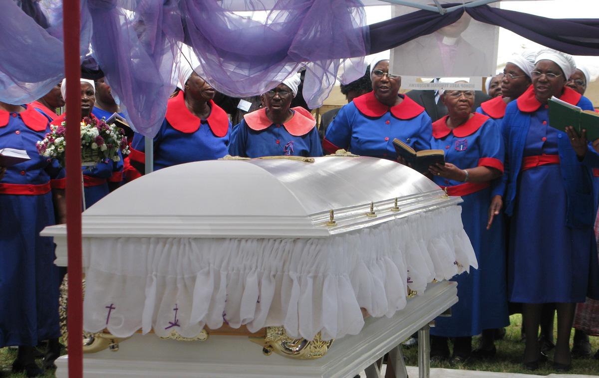 Mulheres se reúnem perto do caixão do Bispo Metodista Unido Abel T. Muzorewa em Mutare, Zimbábue, em maio de 2010. Cerca de 5.000 pessoas compareceram ao seu funeral. Foto de Tafadzwa Mudambanuki, Notícias MU.