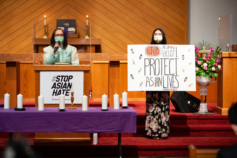 대뉴저지연회의 한국계 미국인 목회자들이 아콜라연합감리교회에 모여 인종차별에 항거하는 의미를 담은 촛불기도회를 열었다. 사진 제공, 대뉴져지 연합감리교회 한인 목회자 코커스 (Korean-American Clergy Caucus of GNJUMC).