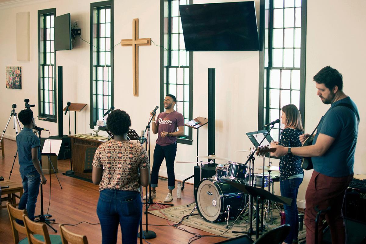 Os membros da equipa de adoração da Igreja Metodista Unida CityWell em Durham, NC, preparam-se para gravar um culto de adoração online em 2020. Um novo estudo das igrejas Metodistas Unidas descobriu que congregações com diversidade racial têm maior probabilidade de crescer com o tempo. Foto de arquivo cortesia da Igreja Metodista Unida CityWell.