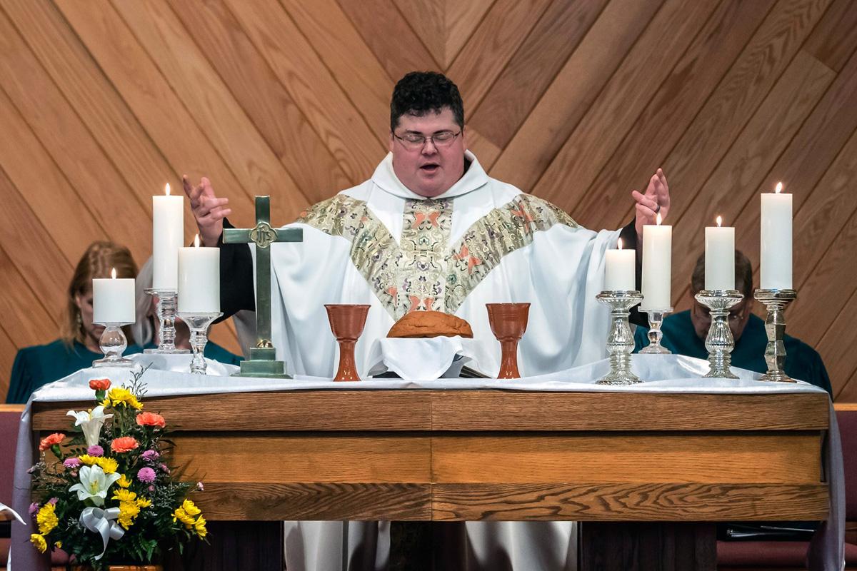 """O Rev. Derek Kubilus serve como pastor da Igreja Metodista Unida Uniontown em Uniontown, Ohio, embora """"vigário"""" seja seu título preferido. No início deste ano, ele estreou """"Cross Over Q"""", um podcast que oferece uma resposta cristã ao movimento de conspiração QAnon. Foto de Brian Koch."""