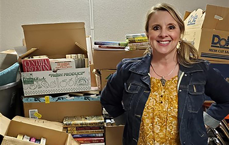La Dra. Sarah Broman Miller en una sala de almacenamiento en la Primera Iglesia Metodista Unida (IMU) Hays con donaciones de libros para que ella los distribuya en las prisiones del estado. Fotos de cortesía de la Conferencia Anual de Great Plains.