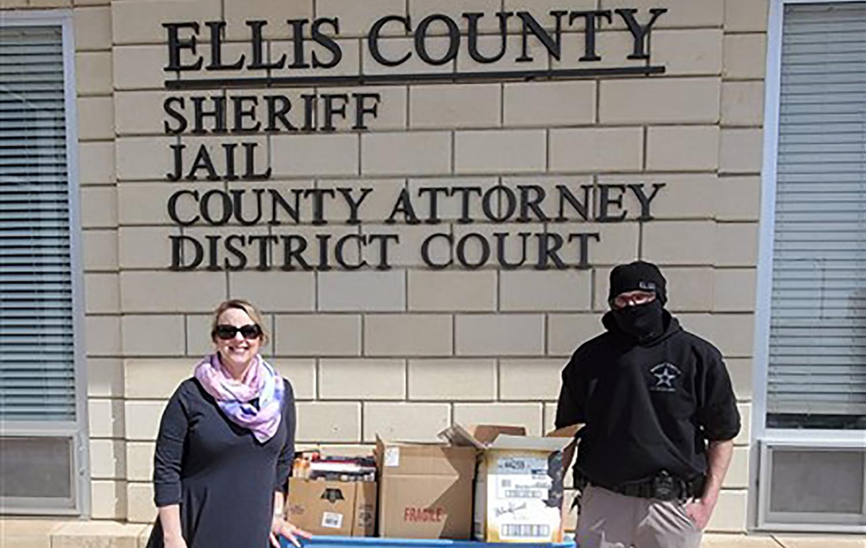 Broman Miller deja libros en la cárcel del condado Ellis. Fotos de cortesía de la Conferencia Anual de Great Plains.