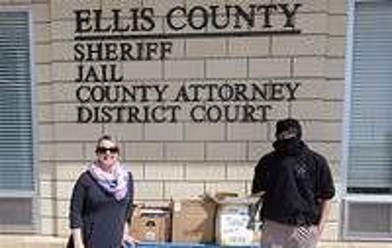 Broman Miller deixa livros na Cadeia do Condado de Ellis. Fotos cortesia da Conferência Anual das Grandes Planícies.