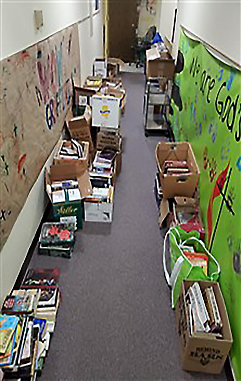 Broman Miller busca en las iglesias metodistas unidas de Kansas, donaciones de libros a distribuirse en prisiones y cárceles. Fotos de cortesía de la Conferencia Anual de Great Plains.