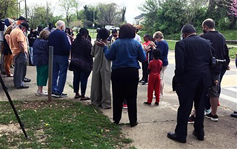 Vecinos/as se reúnen en la la Escuela Secundaria Magnet Austin-East, para orar la tarde del martes 13 de abril. Foto cortesía de la Conferencia Anual de Holston.