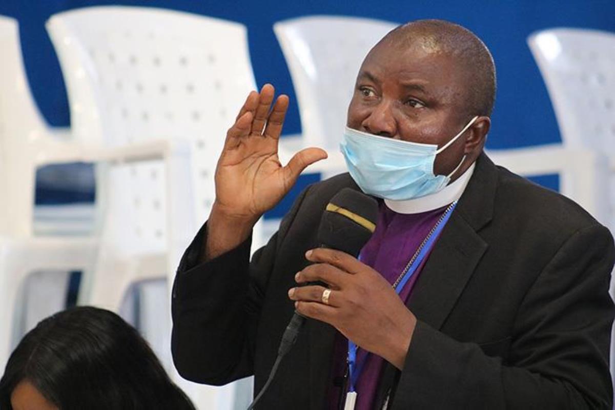 O Bispo Samuel J. Quire Jr. discursa na reunião da Conferência Anual da Libéria em Gbarnga, Libéria, em Março. Quire está entre os bispos africanos da Igreja Metodista Unida que têm discutido uma divisão denominacional e o que isso pode significar para eles e suas conferências. Foto de E Julu Swen, Noticias da MU.
