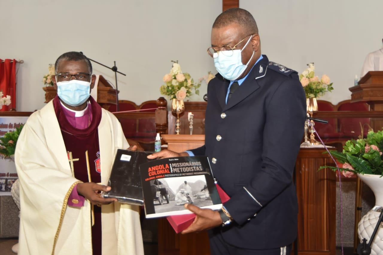 Bispo Gaspar João Domingos fazendo a entrega dos elementos de reconhecimento ao Comandante Geral da Polícia Nacional de Angola Paulo Gaspar de Almeida. Luanda,  foto de Augusto Bento.