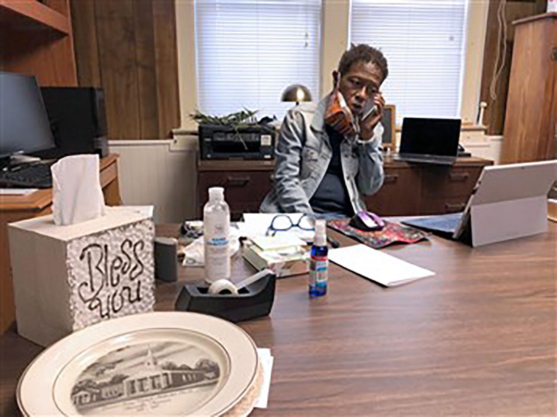 La Revda. Leah Burns busca pacientes para llenar los espacios para vacunas. Foto cortesía de la Conferencia Anual de Holston.