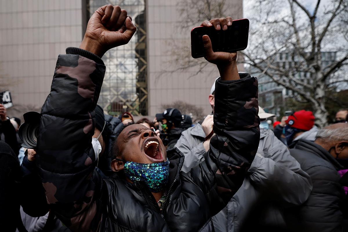 Una persona reacciona frente al Centro de Gobierno del Condado de Hennepin en Minneapolis después del veredicto de culpabilidad dictado el 20 de abril en el juicio de Derek Chauvin, ex oficial de policía de Minneapolis por el asesinato de George Floyd. Mientras expresaron la sensación de que el veredicto fue justo, los/as líderes metodistas unidos/as instaron a continuar trabajando para desmantelar el racismo generalizado y la injusticia sistémica contra las personas de color. Foto de Carlos Barria, Reuters.