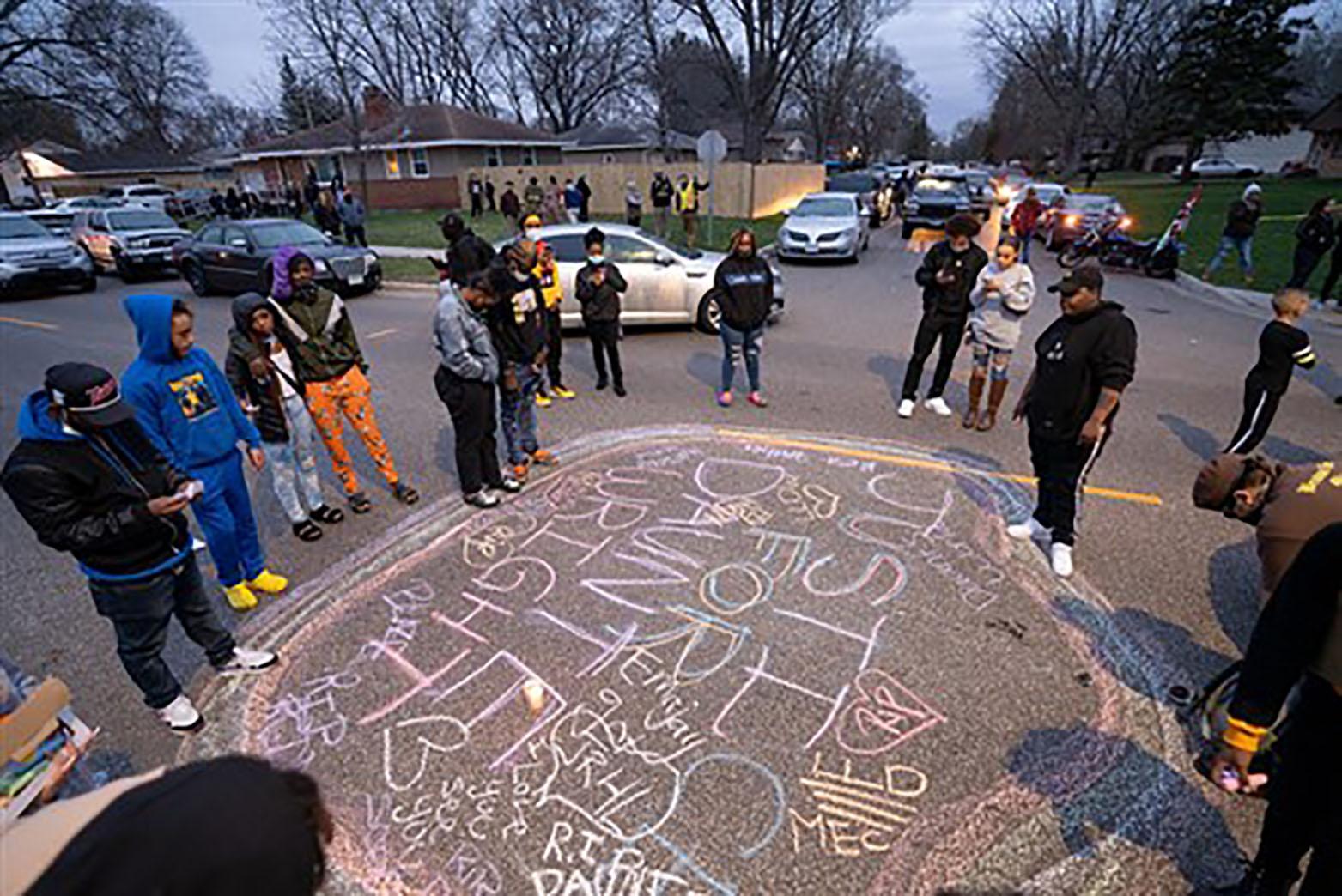 Los/as manifestantes se reúnen después de que un oficial de policía de Brooklyn Park disparó y mató a Daunte Wright el 11 de abril. Foto cortesía de la Conferencia Anual de Minnesota.