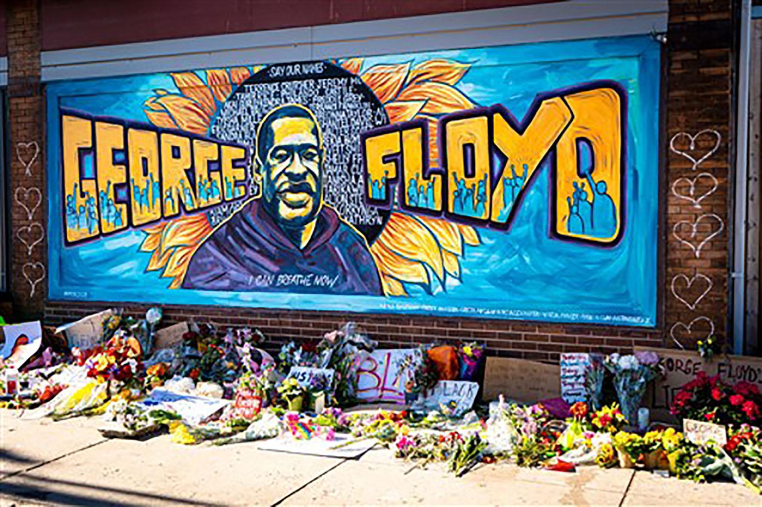Un mural se encuentra en la intersección convertida en monument, donde George Floyd fue asesinado en mayo de 2020. Foto cortesía de la Conferencia Anual de Minnesota.