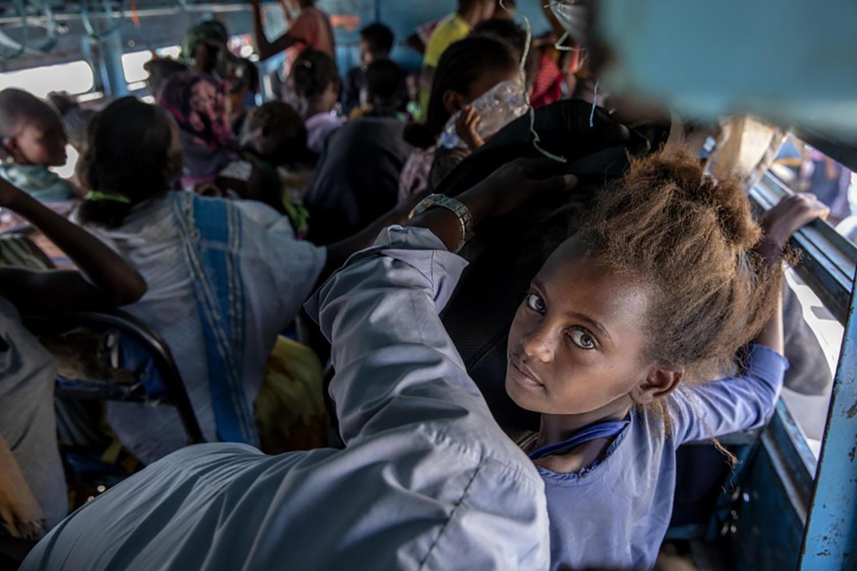 Refugiados/as que huyeron del conflicto en la región de Tigray en Etiopía y viajaron en diciembre a un refugio temporal cerca de la frontera entre Sudán y Etiopía. Los campos de refugiados/as en el vecino Sudán albergan ahora a más de 45.000 refugiados/as etíopes. Foto cortesía de Associated Press.