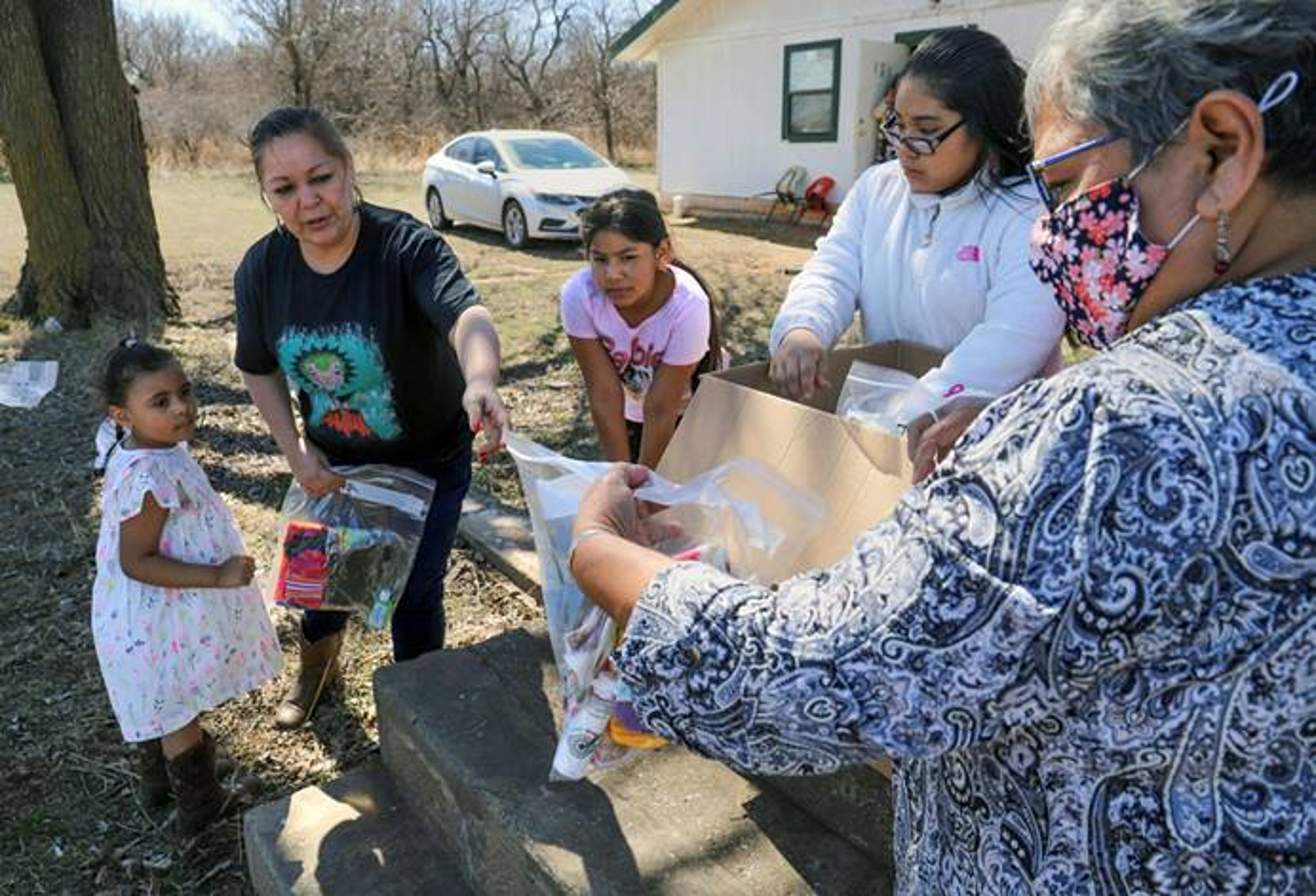 오클라호마 인디언 선교연회(Oklahoma Indian Missionary Conference)의 연대사역 책임자인 다나 페우 목사(오른쪽)가 오클라호마주 로턴 근처 페타시 연합감리교회의 어린이들에게 마스크, 장갑, 모자, 담요를 나눠주고 있다. 연합감리교 한인여선교회 전국연합회는 오클라호마인디언 선교연회와 연대하여, 의류, 손 소독제, 생수 및 6,000여 장의 천 마스크를 제공하는 등 세계적 감염병 대유행을 이겨내기 위한 지원을 아끼지 않았다. 사진 제공, 기니 언더우드.