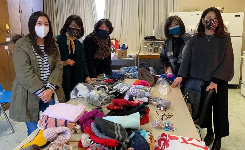 한인여선교회 전국연합회 회원들이 OIMC에 보낼 물품들을 정리하고 있다. 사진 제공, 김명래 총무, 한인여선교회 전국연합회.