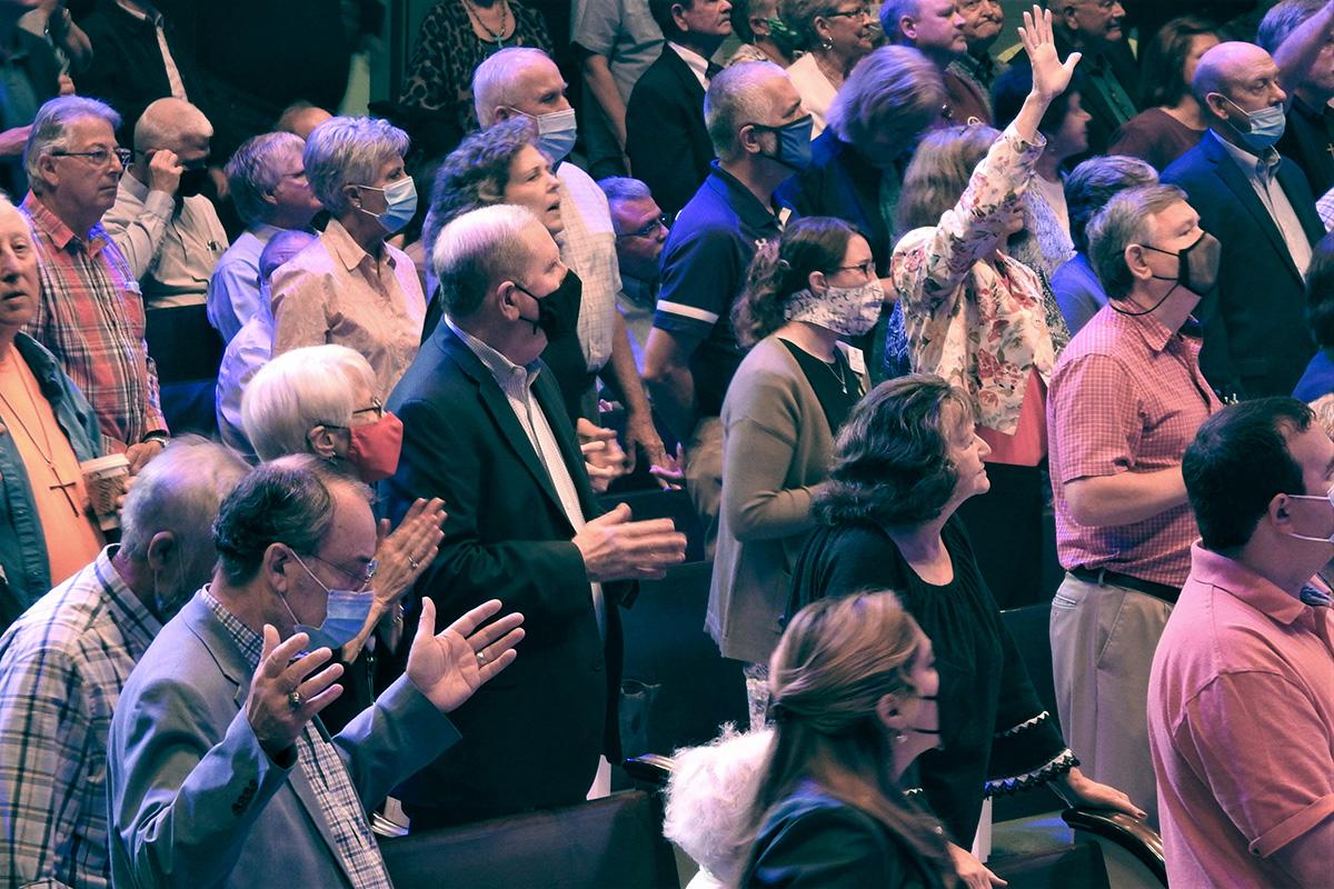 Os participantes se levantam para cantar e orar no Encontro Global da Wesleyan Covenant Association, realizado na Igreja Metodista Uniad Frazer Memorial em Montgomery, Alabama. Foto por Sam Hodges, Notícias MU.
