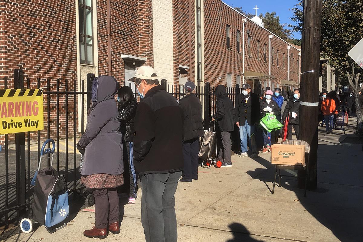 Residentes del vecindario esperan recibir comida durante una jornada de distribución de alimentos en la Primera Iglesia Metodista Unida en Flushing, Nueva York. Foto Rev. Thomas Kim, Noticias MU.