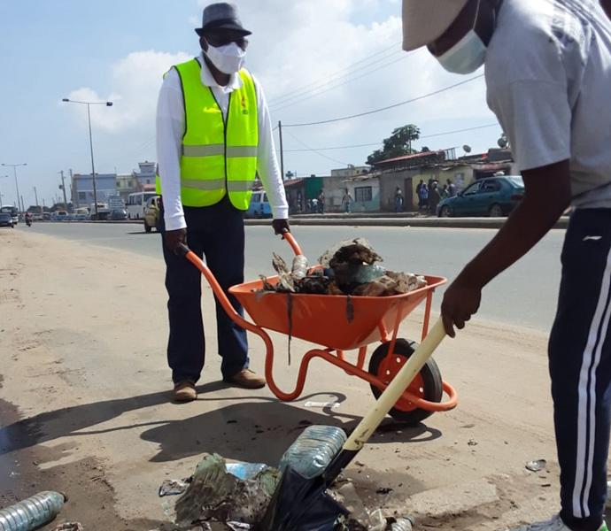 Superintendente Distrital de Luanda, Rev. Bernardo Neto, carregando a carrinha de mão durante a limpeza. Luanda, foto de Augusto Bento.
