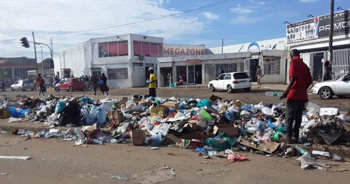 Estradas bloqueadas por falta de recolha de resíduos sólidos na cidade de Luanda. Luanda, foto de Augusto Bento.