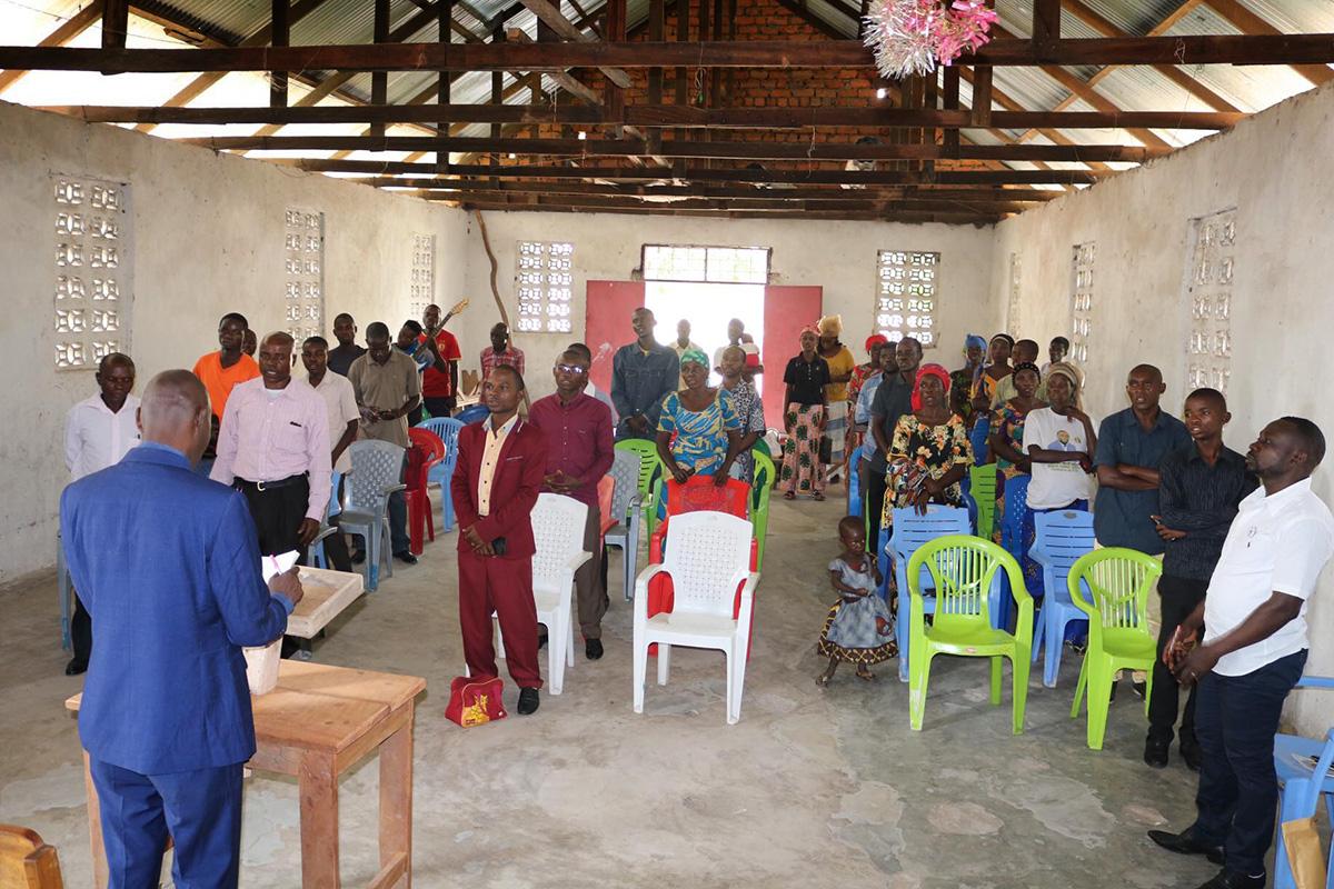 Membros da Igreja Metodista Unida Sayuni em Fizi, Congo, participam do culto de domingo. Antes da pandemia COVID-19, cerca de 24.000 pessoas compareciam aos serviços religiosos todos os domingos na Conferência de Kivu. Agora, esse número é cerca de 10.000, de acordo com o estatístico da conferência. Foto de Philippe Kituka Lolonga, Notícias MU.