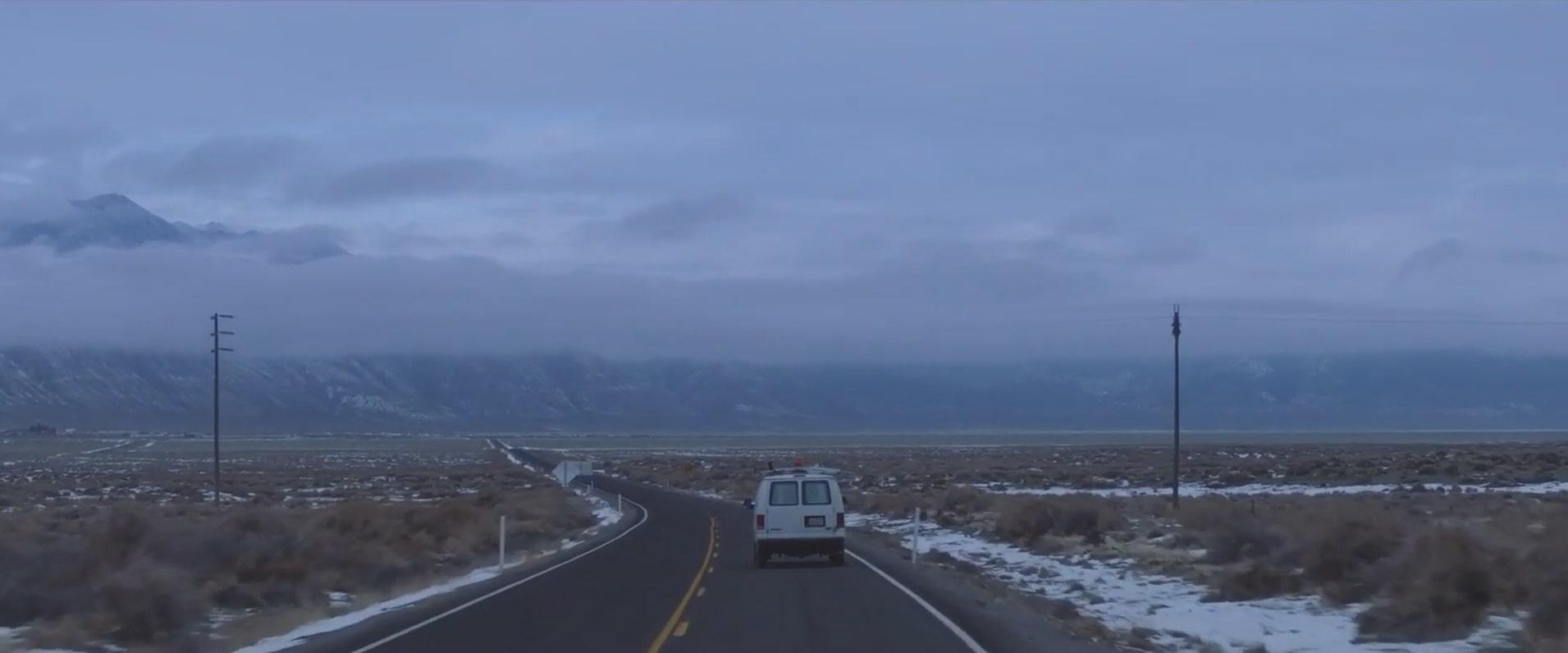 펀이 살던 집으로 돌아왔다가 방랑의 갈로 돌아가는 노매드랜드(Nomadland) 영화의 한 장면.