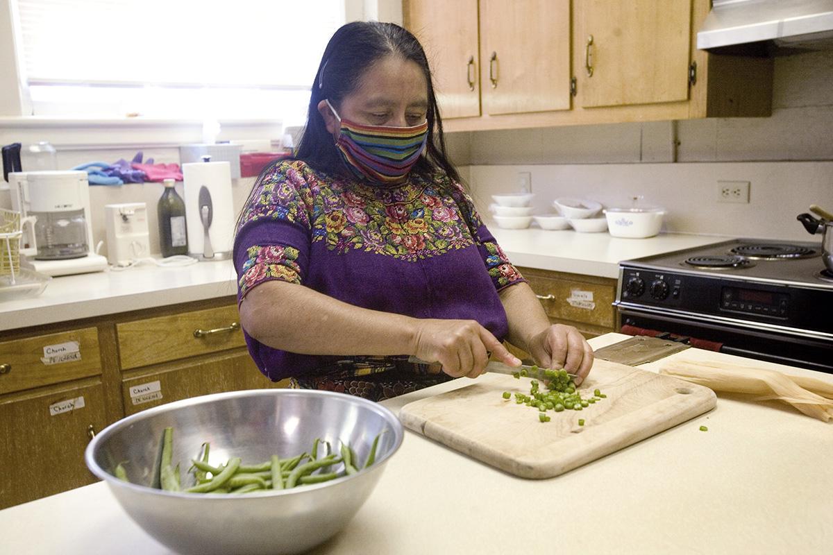 Maria Chavalan Sut prepara comida en la cocina de la Iglesia Metodista Unida Memorial Wesley en Charlottesville, estado de Virginia. Después de tres años de vivir en el santuario de la iglesia, Chavalan Sut, quien huyó de Guatemala en 2016, recibió un aplazamiento de su deportación por un año, lo que le permite moverse libremente hasta que se conozca su caso de asilo. Foto © Richard Lord.