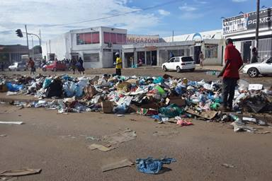 Garbage piled on the median overflows onto a road in Luanda, Angola. A waste-collection crisis in the province intensified when the Provincial Government of Luanda suspended contracts with the companies that performed the service. Photo by Augusto Bento, UM News.