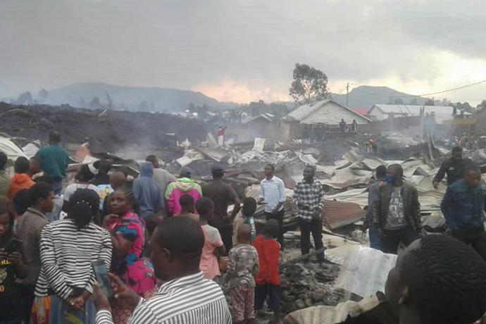 Moradores do bairro Buhene de Goma, no Congo, examinam os danos em suas casas após a erupção do vulcão Monte Nyiragongo, que matou pelo menos 15 pessoas. Foto de Philippe Kituka Lolonga, Notícias MU.Moradores do bairro Buhene de Goma, no Congo, examinam os danos em suas casas após a erupção do vulcão Monte Nyiragongo, que matou pelo menos 15 pessoas. Foto de Philippe Kituka Lolonga, Notícias MU.