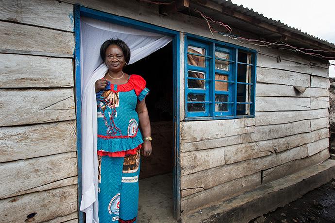 Okako Okenge Adolphine, connue sous le nom de « Maman Olela » se tient devant l'entrée de l'Orphelinat Méthodiste Uni de Goma, en RDC, en 2015. Elle a pu évacuer en toute sécurité les enfants dont elle avait la charge après l'éruption du volcan Nyiragongo, le 22 mai 2021. Photo d'archives de Mike DuBose, UM News.