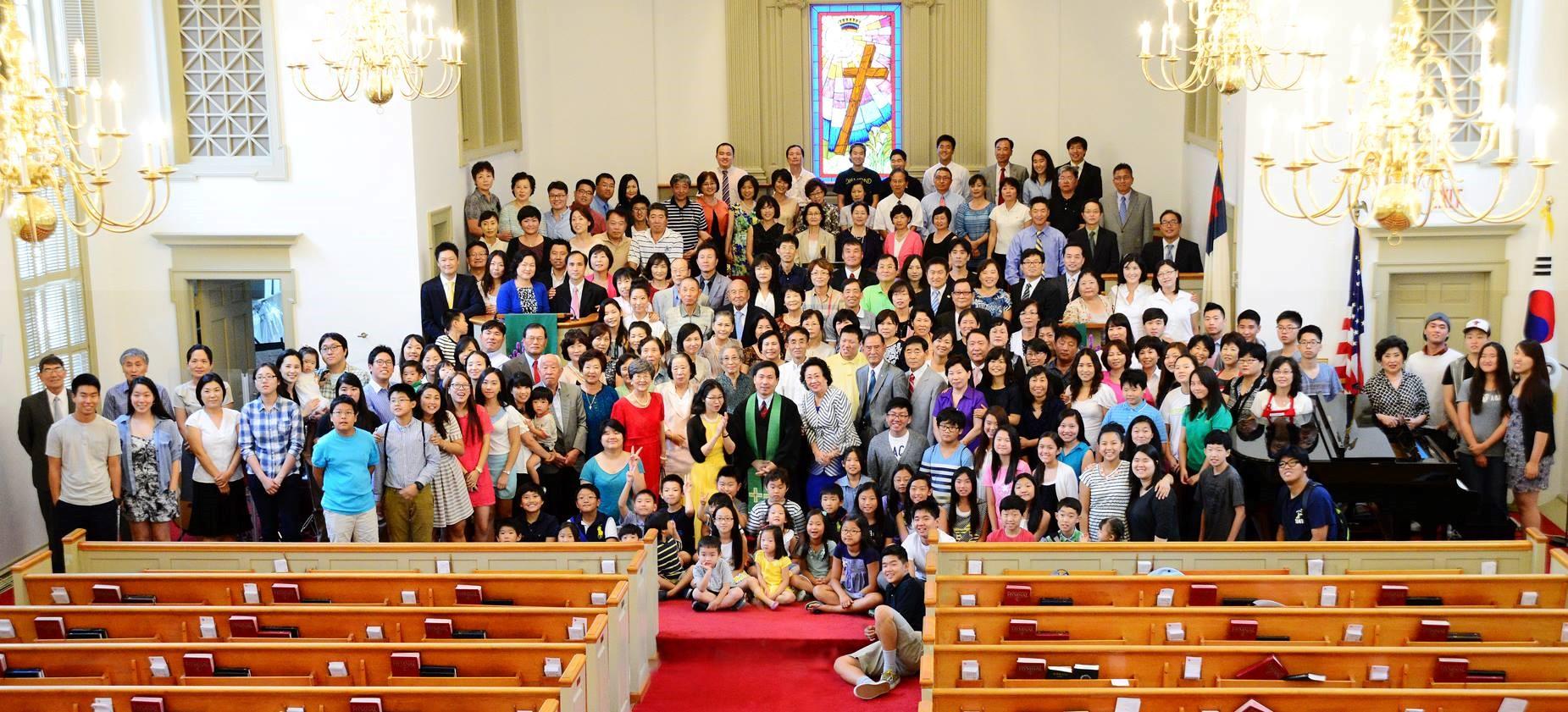 엠마오 교회 모든 교인이 속히 대면 예배에 출석하는 날이 오기를 기도하는 마음으로 코로나 이전의 엠마오 연합감리교회 전 교인 단체 사진을 싣는다. 사진 출처, 엠마오 연합감리교회 홈페이지.