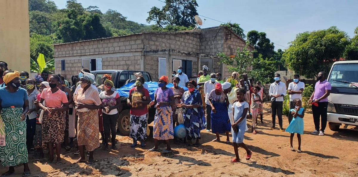 Parte dos sobreviventes que vem se beneficiar dos kits preparados pela Igreja. No chao, vendo-se alguns vestígios de lodo deixado para fúria das aguas Cambambe-Dondo. Foto de Orlando da Cruz.
