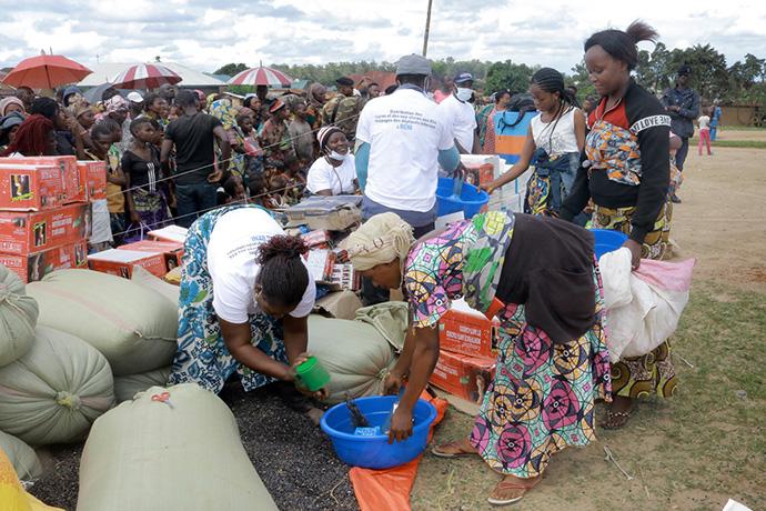 Des familles déplacées par la violence dans l'Est de la RDC reçoivent des fournitures de l'Agence Méthodiste Unie d'assistance humanitaire à Beni, RDC. Photo avec l'aimable autorisation du bureau de gestion des catastrophes de l'Est du Congo.