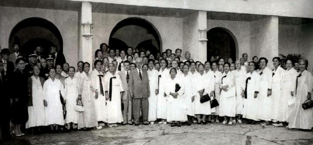함태영 부통령과 한인기독교회 교인들. 사진 출처, 위키백과.