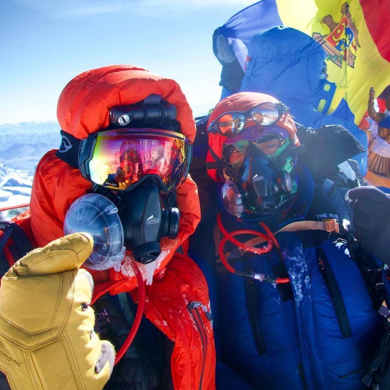 Art Muir y su guía Sherpa posan en la cima del mundo. Muir a sus 75 años es el americano más viejo en escalar al tope del Monte Everest. Foto cortesía de Art Muir.