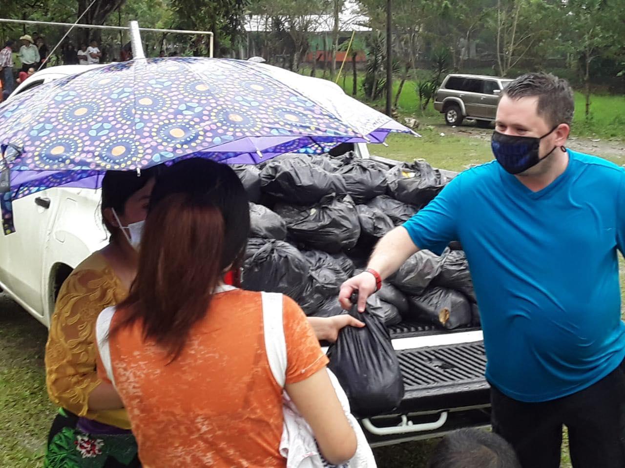 El Valle de Sula concentra el 80% de los casos de COVID-19 de todo el país. Allí se han repartido alrededor de 36 toneladas de alimentos a familias de escasos recursos en 13 comunidades de las zonas cercanas a Rio Lindo. Foto cortesía de la familia Somerville.